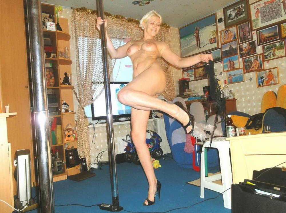 Взрослая танцует стриптиз