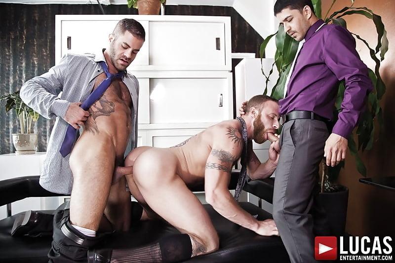 Трансы смотреть как два мужика трахаются в офисе медосмотр блондинки