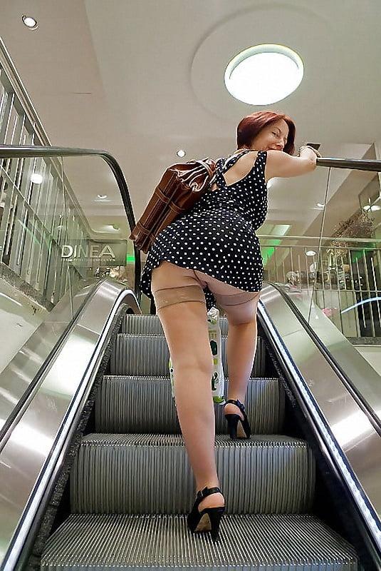 На эскалаторе под юбкой смотреть онлайн, лизал клитор и она кончила