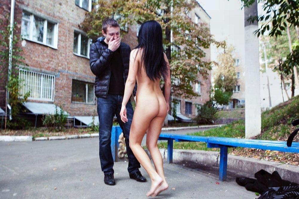 чем больше ходит голая и соблазняет на улице трутся кисками небритыми